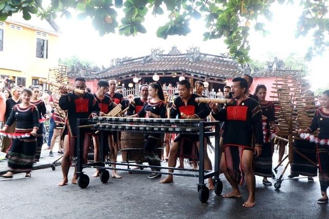 Màn trình diễn nhạc cụ dân tộc ấn tượng trên đường phố Hội An - 9