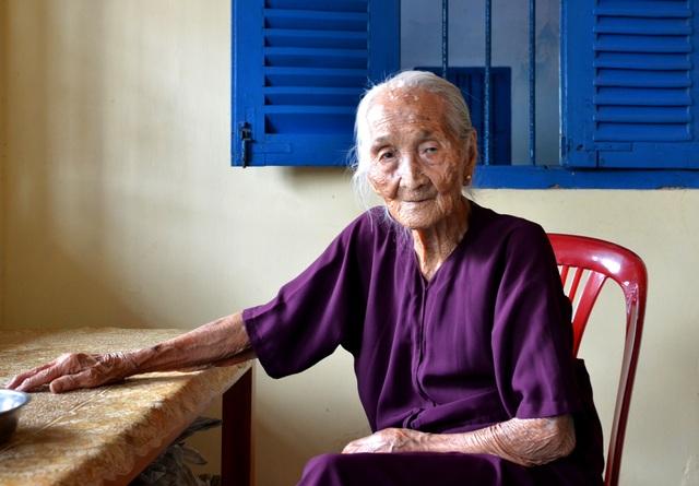 Cụ bà 106 tuổi ở Sài Gòn, mỗi ngày vẫn đi nhổ cỏ, lùa bò... - 1