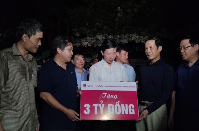 Phó Thủ tướng Vương Đình Huệ đến thăm và tặng quà bà con vùng lũ  - 4