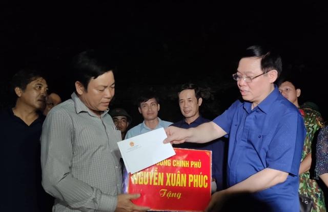Phó Thủ tướng Vương Đình Huệ đến thăm và tặng quà bà con vùng lũ  - 3