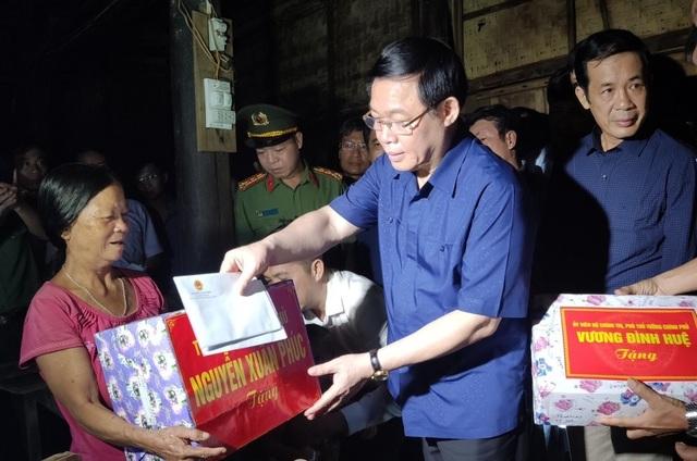 Phó Thủ tướng Vương Đình Huệ đến thăm và tặng quà bà con vùng lũ  - 2