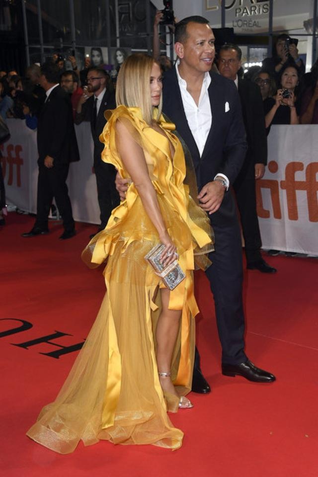 Jennifer Lopez diện váy vàng rực sánh đôi bồ trẻ - 10