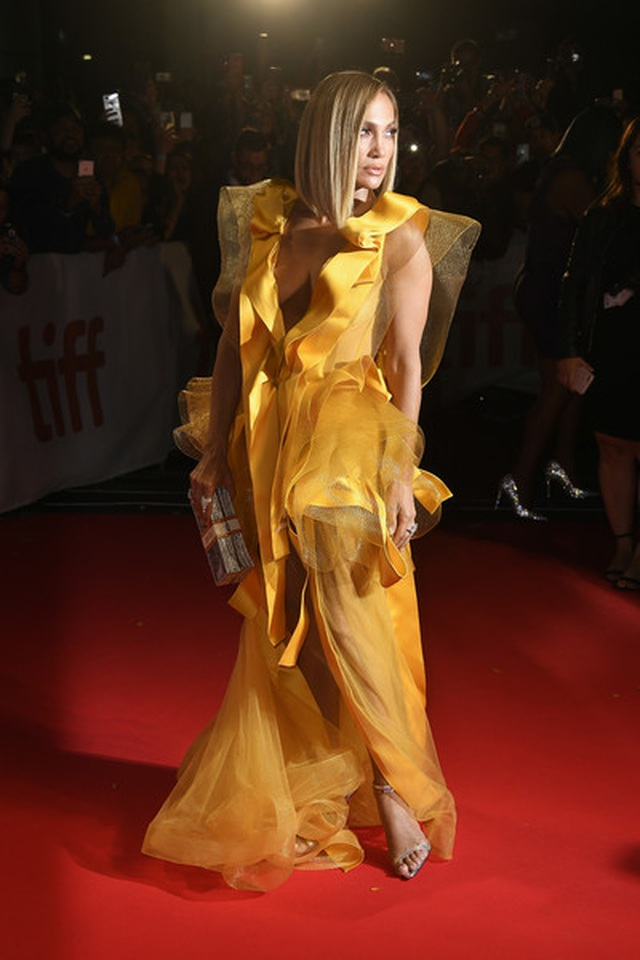 Jennifer Lopez diện váy vàng rực sánh đôi bồ trẻ - 4