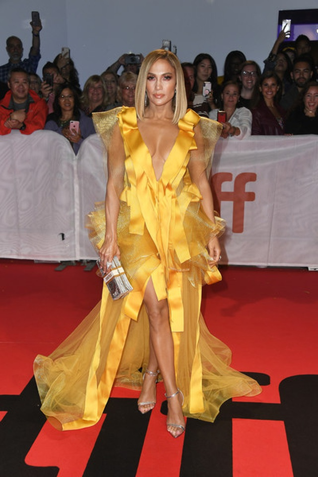 Jennifer Lopez diện váy vàng rực sánh đôi bồ trẻ - 5