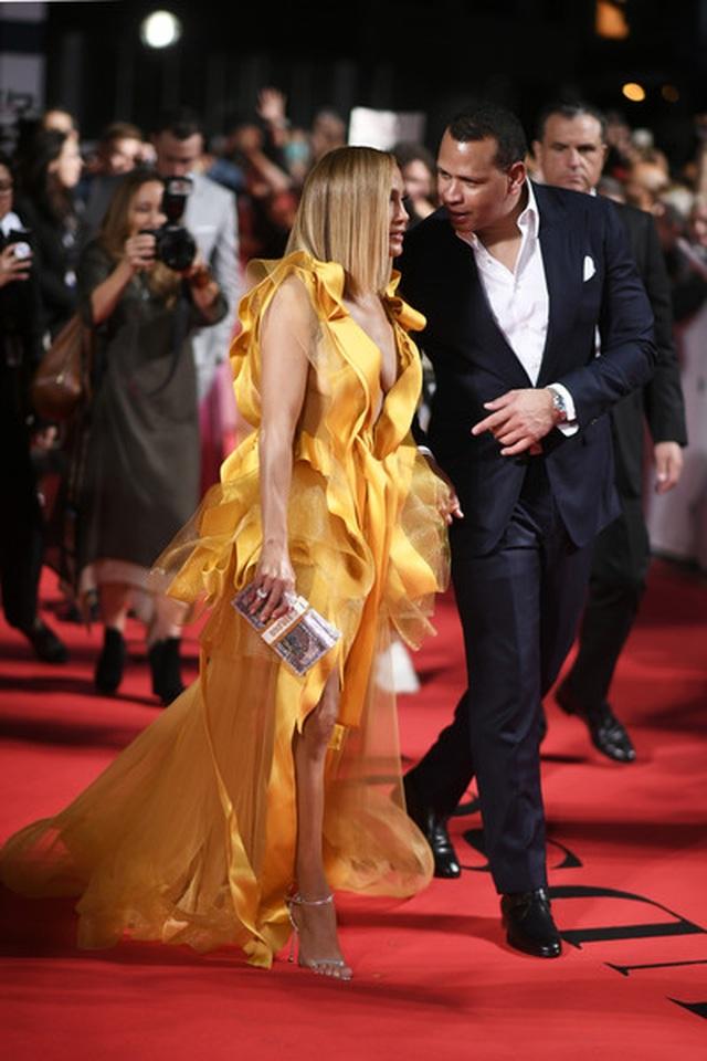 Jennifer Lopez diện váy vàng rực sánh đôi bồ trẻ - 13