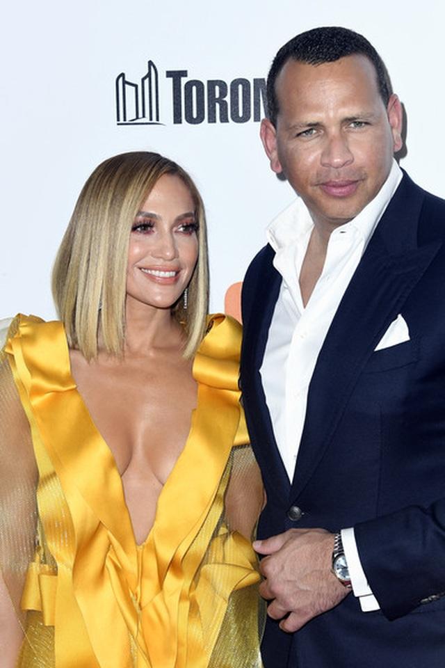Jennifer Lopez diện váy vàng rực sánh đôi bồ trẻ - 3