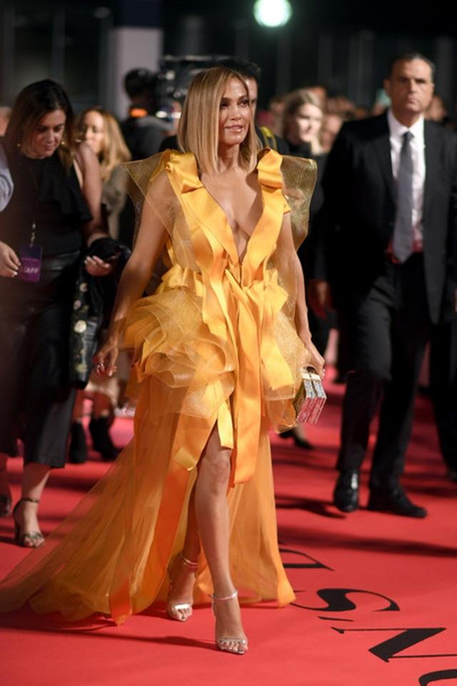 Jennifer Lopez diện váy vàng rực sánh đôi bồ trẻ - 8