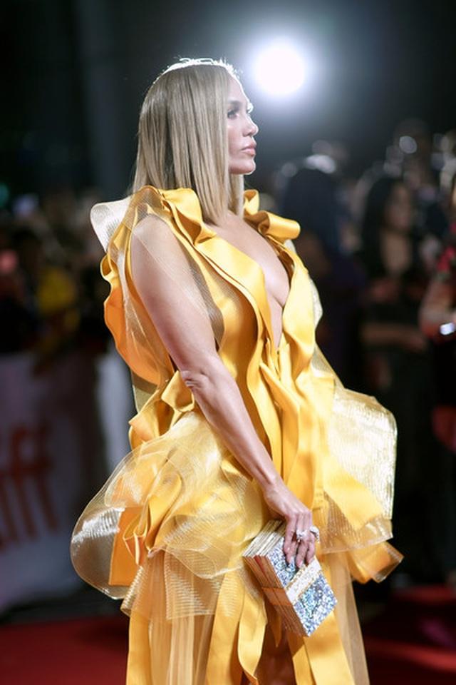 Jennifer Lopez diện váy vàng rực sánh đôi bồ trẻ - 11