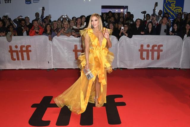 Jennifer Lopez diện váy vàng rực sánh đôi bồ trẻ - 9
