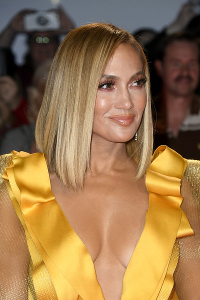 Jennifer Lopez diện váy vàng rực sánh đôi bồ trẻ - 1