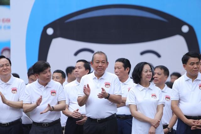 """Phó Thủ tướng cùng hàng nghìn người xuống đường vận động """"đội mũ bảo hiểm cho trẻ em"""" - 1"""