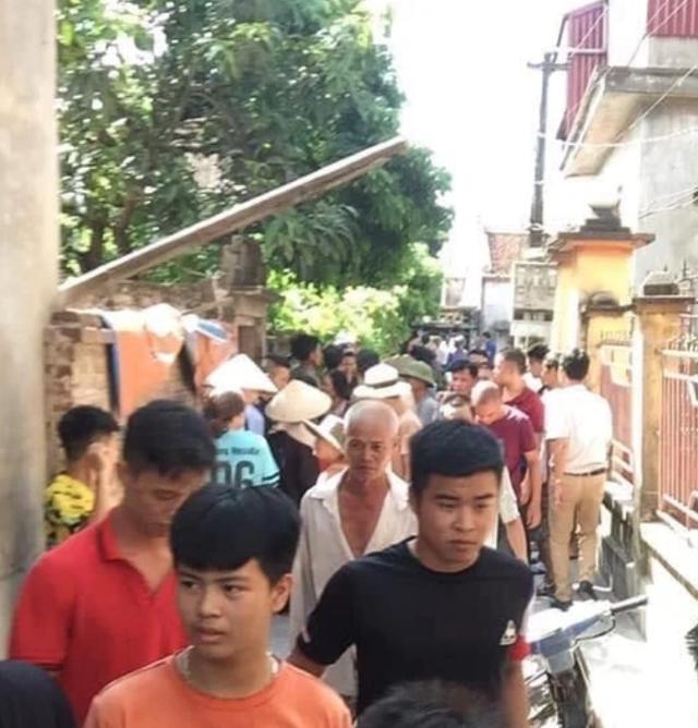 Rất đông người dân đứng xem vụ việc (Ảnh CTV).