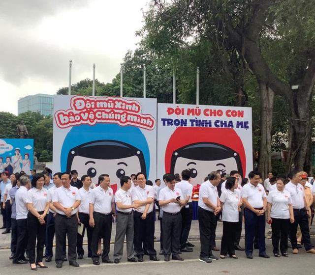 """Phó Thủ tướng cùng hàng nghìn người xuống đường vận động """"đội mũ bảo hiểm cho trẻ em"""" - 2"""
