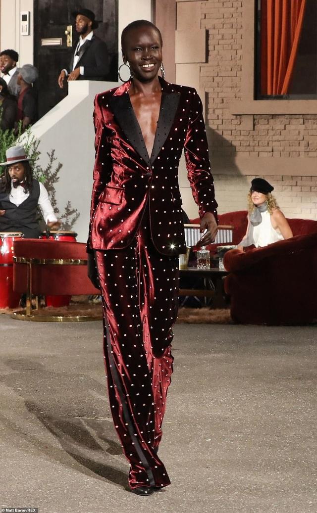 Ashley Graham bế bụng bầu trình diễn trên sàn catwalk - 11