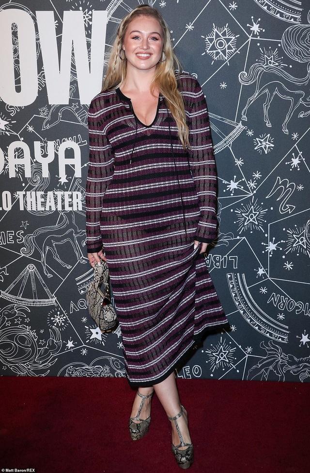 Ashley Graham bế bụng bầu trình diễn trên sàn catwalk - 16