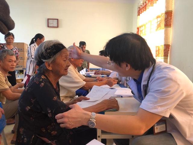 Nhiều người được phát hiện huyết áp tăng vọt khi đi khám miễn phí - 1
