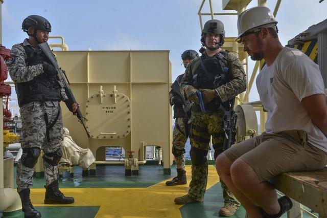 Khoảnh khắc ấn tượng trong cuộc diễn tập hàng hải Mỹ - ASEAN đầu tiên - Ảnh minh hoạ 13