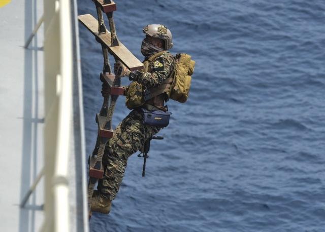 Khoảnh khắc ấn tượng trong cuộc diễn tập hàng hải Mỹ - ASEAN đầu tiên - Ảnh minh hoạ 15