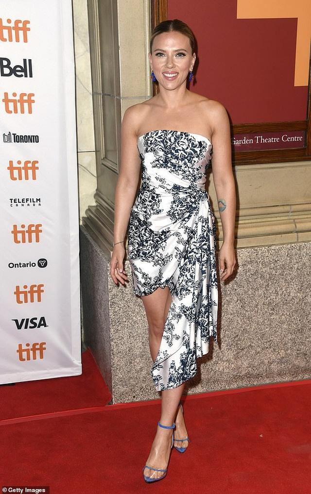 Scarlett Johansson khoe vai trần quyến rũ - 7
