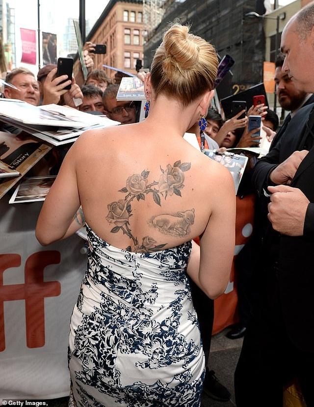 Scarlett Johansson khoe vai trần quyến rũ - 4