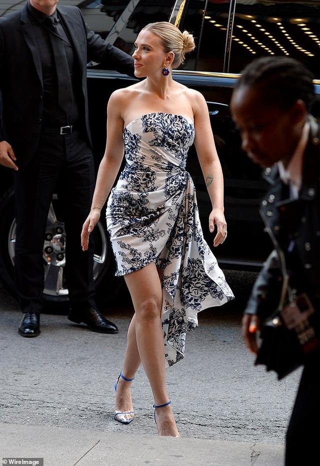 Scarlett Johansson khoe vai trần quyến rũ - 8