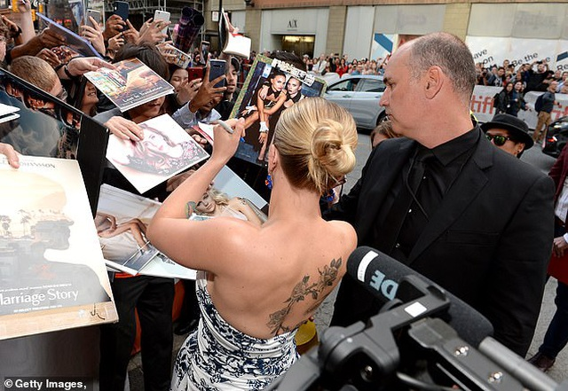 Scarlett Johansson khoe vai trần quyến rũ - 6