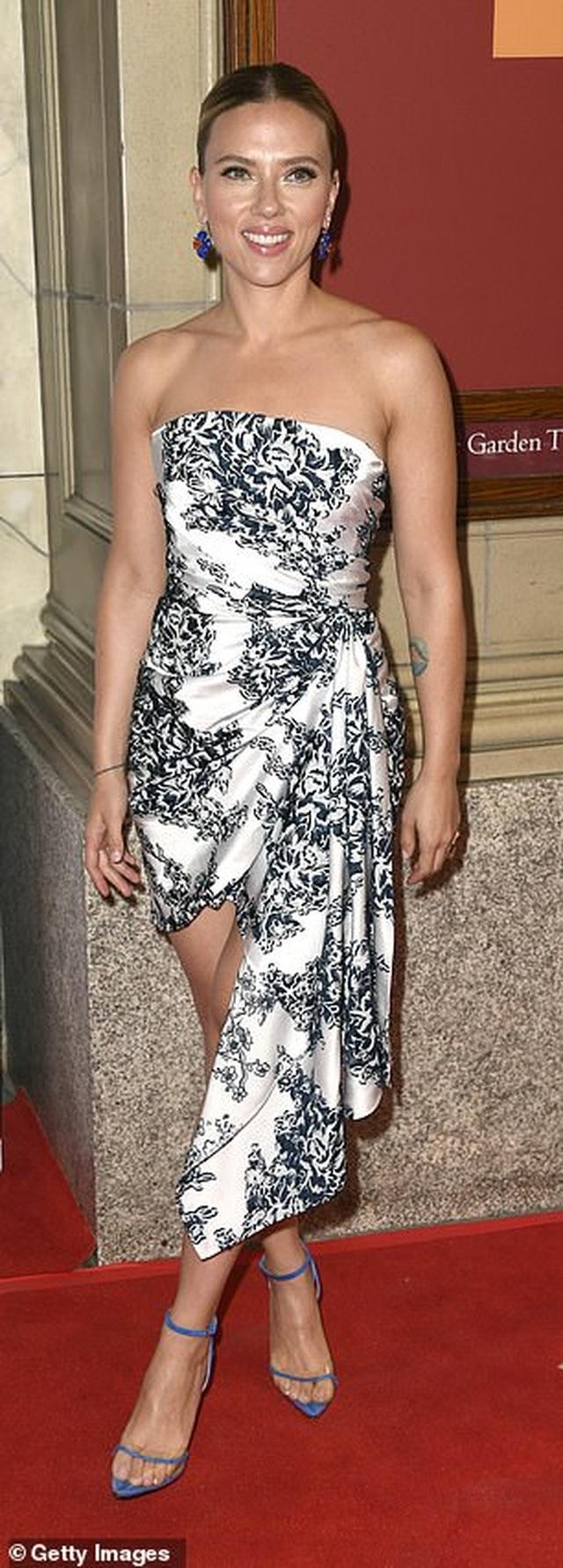 Scarlett Johansson khoe vai trần quyến rũ - 5