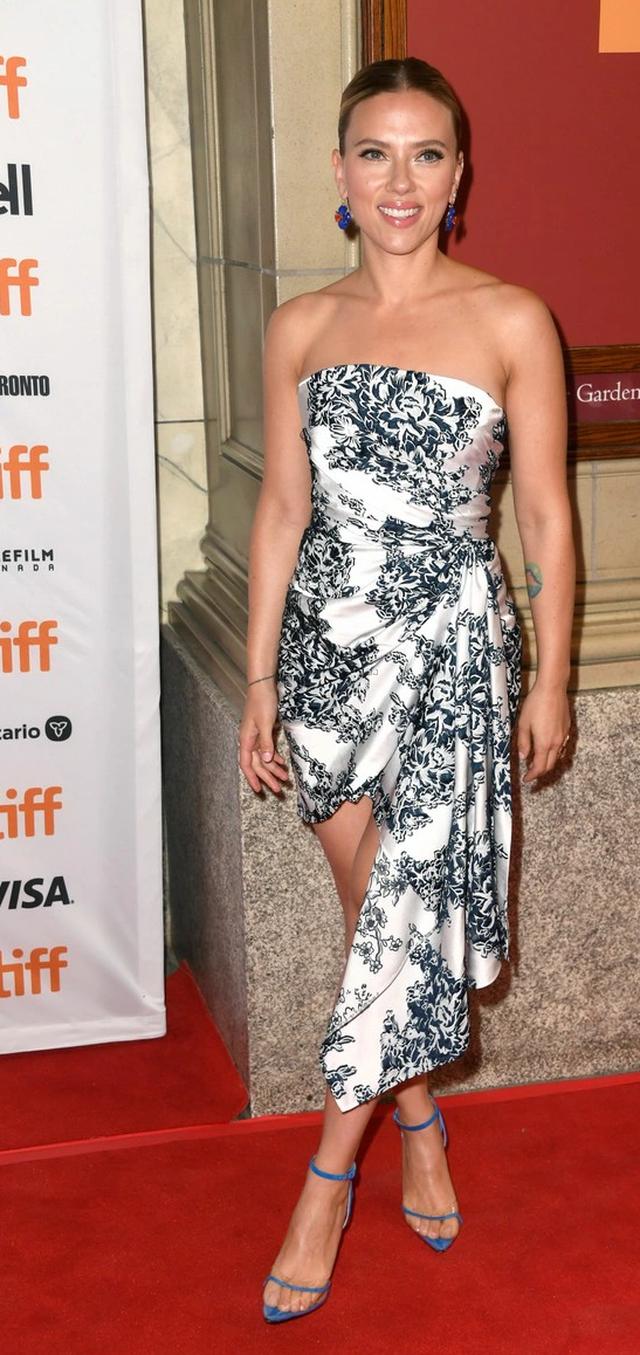 Scarlett Johansson khoe vai trần quyến rũ - 2