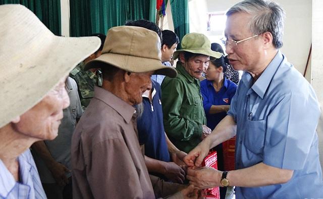 Thường trực Ban Bí thư Trần Quốc Vượng thăm người dân vùng lũ Hà Tĩnh - 4