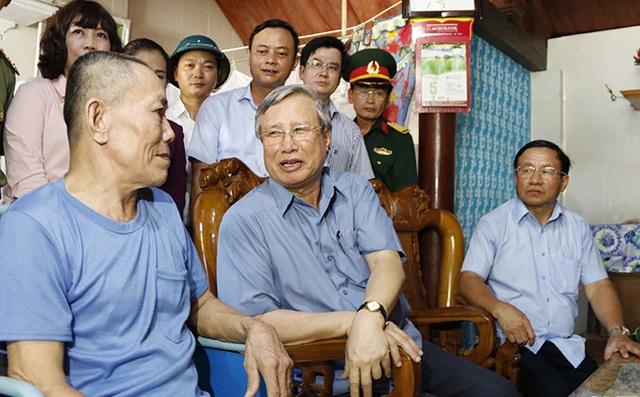 Thường trực Ban Bí thư Trần Quốc Vượng thăm người dân vùng lũ Hà Tĩnh - 2