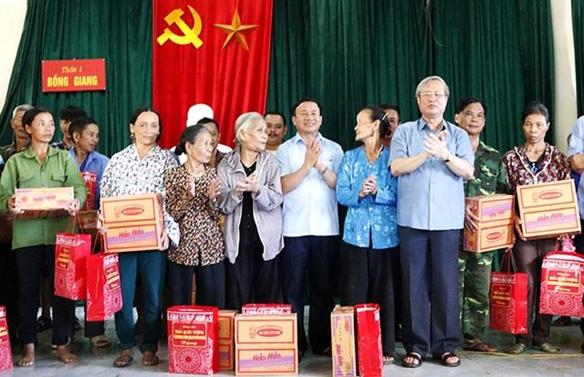 Thường trực Ban Bí thư Trần Quốc Vượng thăm người dân vùng lũ Hà Tĩnh - 3