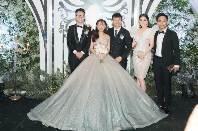Vợ chồng Khánh Thi tình tứ dự đám cưới con gái đại gia Minh Nhựa - 1