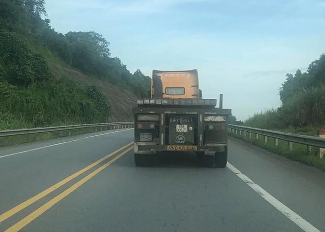 """Xe container lấn làn, vượt ẩu kiểu """"tự sát"""" trên cao tốc Nội Bài - Lào Cai - 1"""