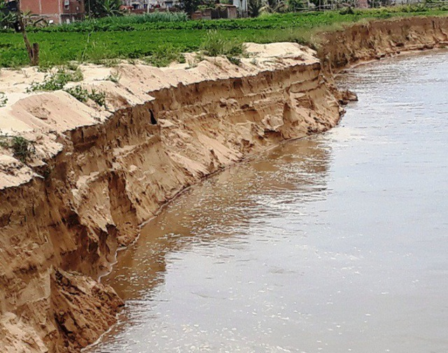 Buộc doanh nghiệp bồi thường trên 1,6 tỷ vì hút cát gây sạt lở đất của dân - 2