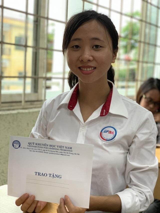 Hưng Yên: Trao 25 suất học bổng cho sinh viên nghèo vượt khó - 6