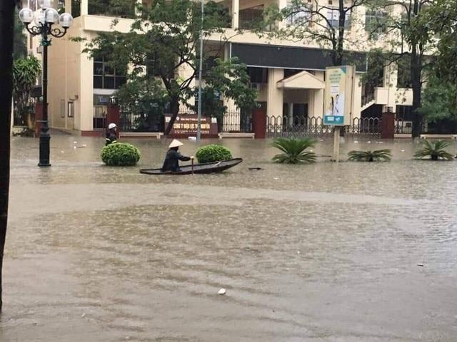 """Hàng loạt ô tô """"chìm nghỉm"""" trong biển nước ở Thái Nguyên - 1"""