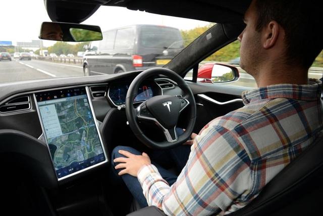 Tesla bị ép triệu hồi hệ thống Autopilot vì kém an toàn - 1