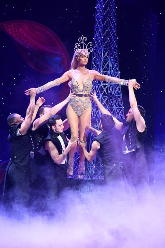 Paris Hilton mặc gợi cảm trình diễn thời trang - 6