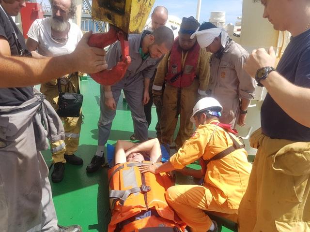 Cấp cứu kịp thời thuyền viên tàu nước ngoài bị tai biến trên vùng biển Hoàng Sa - 2