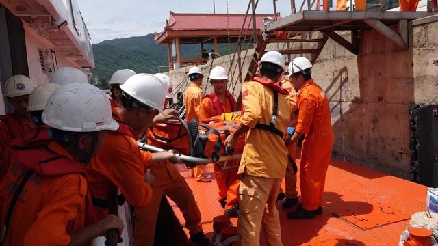 Cấp cứu kịp thời thuyền viên tàu nước ngoài bị tai biến trên vùng biển Hoàng Sa - 1