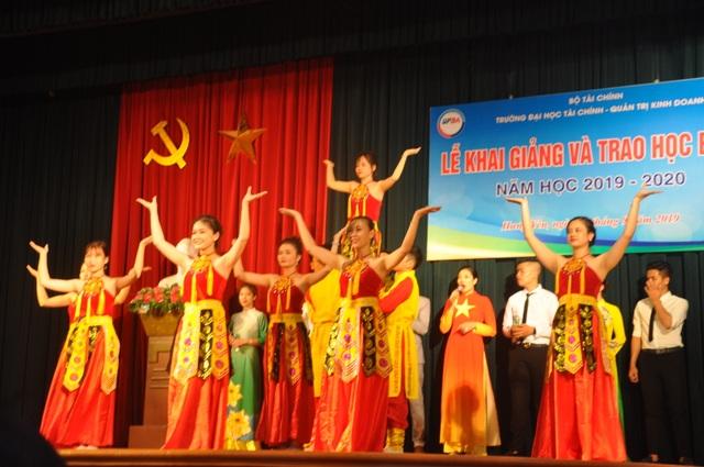 Hưng Yên: Trao 25 suất học bổng cho sinh viên nghèo vượt khó - 1