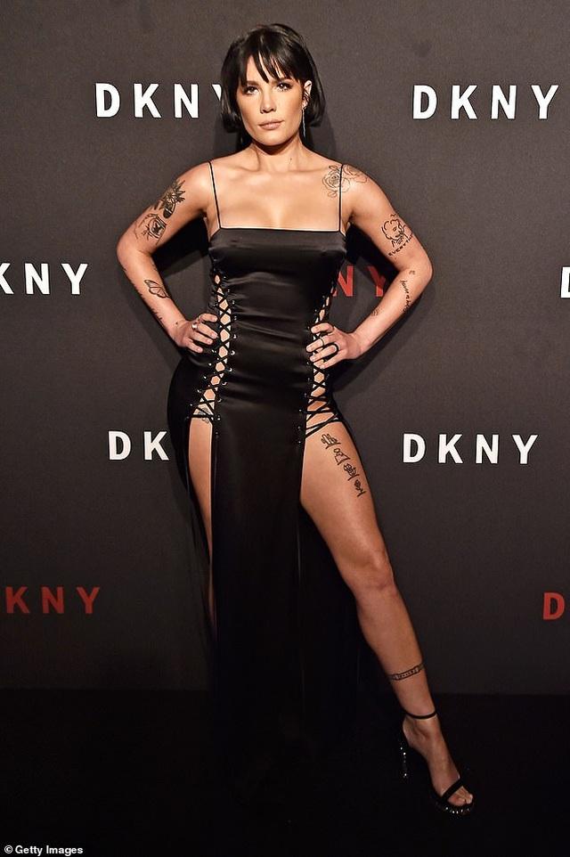 Halsey diện váy táo bạo không nội y - 1