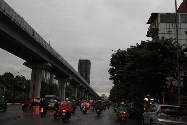 Hà Nội sáng nay trời tối đen, nhiều tuyến đường ùn tắc - 8