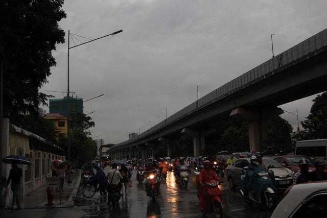 Hà Nội sáng nay trời tối đen, nhiều tuyến đường ùn tắc - 9