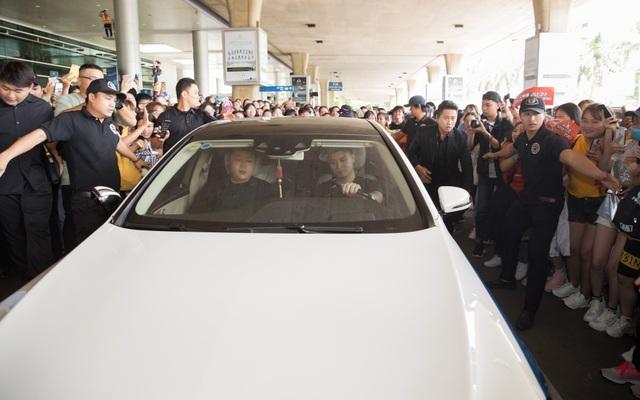 """Tài tử """"Hoàng hậu Ki"""" đẹp trai """"không góc chết"""" vẫy chào fan Việt trên xe sang - 8"""
