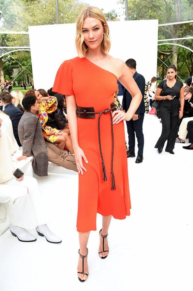 Vanessa Hudgens phô nội y khi đi xem thời trang - 8