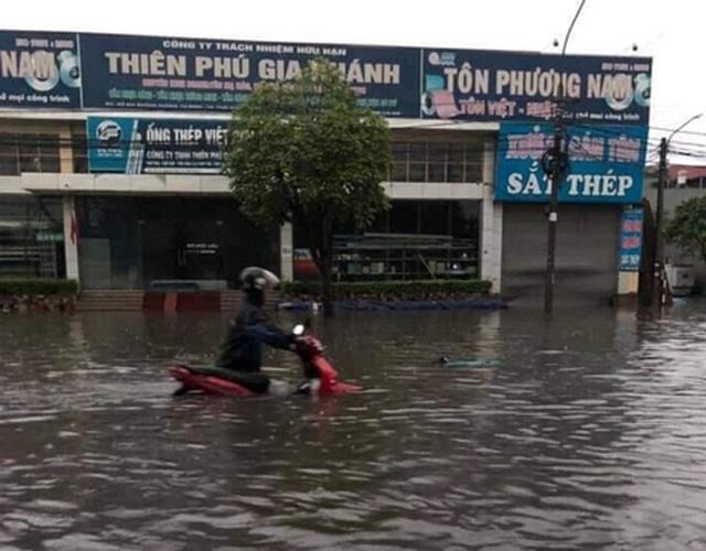 """Hàng loạt ô tô """"chìm nghỉm"""" trong biển nước ở Thái Nguyên - 5"""