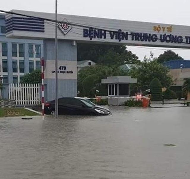 """Hàng loạt ô tô """"chìm nghỉm"""" trong biển nước ở Thái Nguyên - 7"""