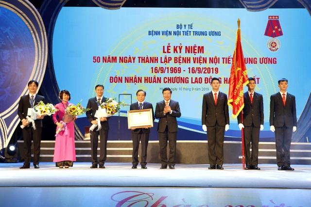 Phẫu thuật nội soi tuyến giáp made in Việt Nam rẻ nhất thế giới - 1