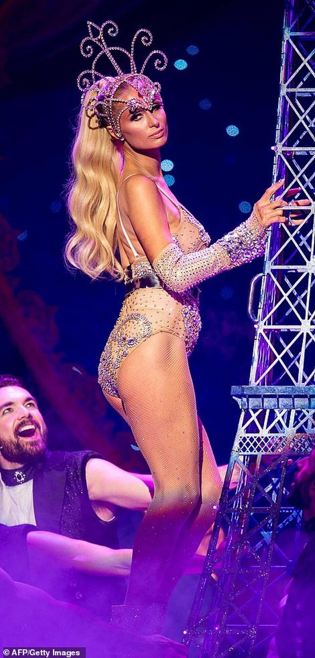 Paris Hilton mặc gợi cảm trình diễn thời trang - 1